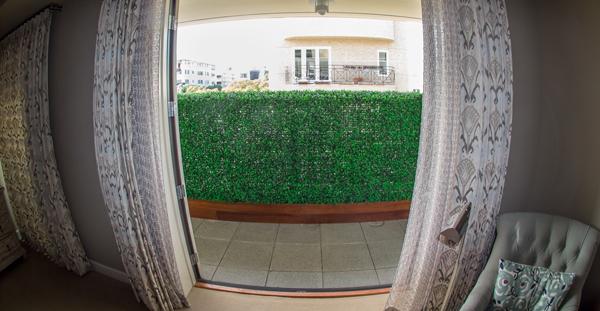 artificialboxwoodhedge.  com Seto artificial privacidad en el balcon Beverly Hills