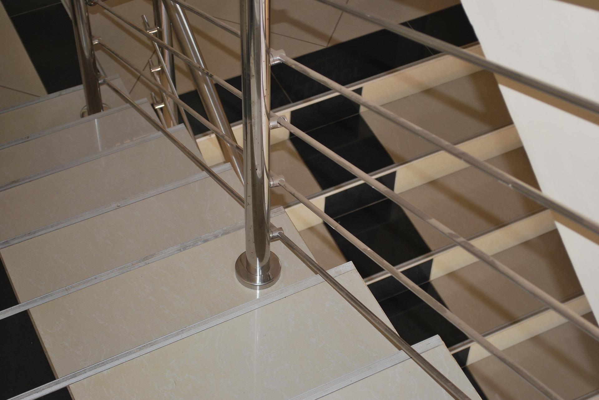 Accesorios y herrajes para instalar barandillas de acero inoxidable